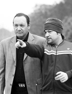 伍仕贤(右)在拍摄现场给凯文-史派西讲戏