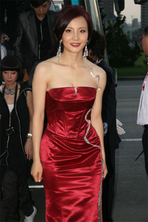 红毯星光耀眼陶红复古打扮高贵典雅(组图)