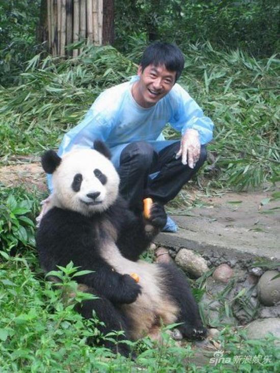 雅安电影周宣传环保理念群星亲近大熊猫(组图)