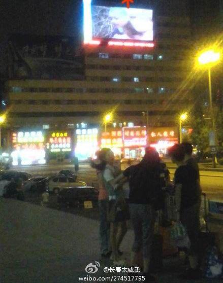 吉林火车站前面的大屏幕播出画面
