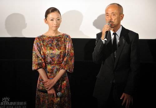 日本影片《余命》首映松雪泰子贵气旗袍显身材