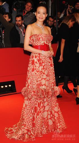 图文:第58届柏林红毯--舒淇别致红裙显中国风