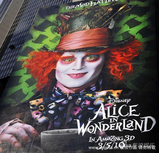 组图:《爱丽丝梦游仙境》海报亮相时代广场