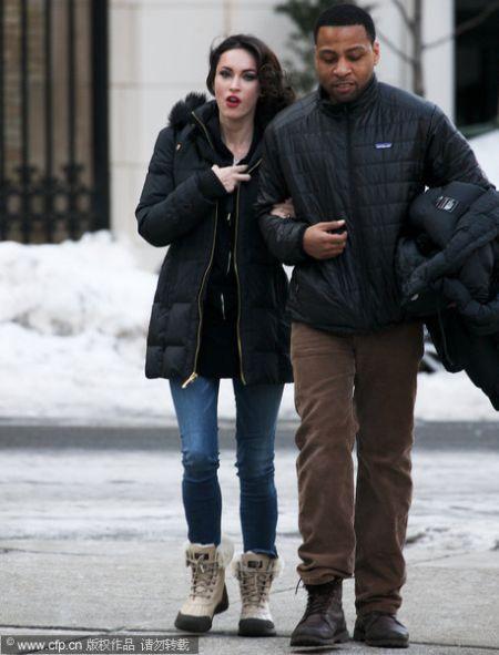 拍摄当天梅根-福克斯黑色大衣配火红嘴唇上演散步戏.