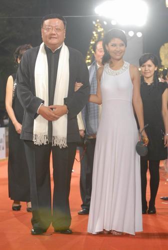 图文:台湾金马奖红毯刘长乐与主持人周瑛琦