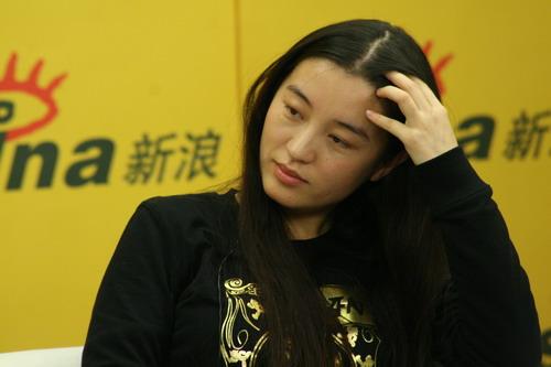 图文:李玉姜丽芬吴明晓聊天--吴明晓手捋长发