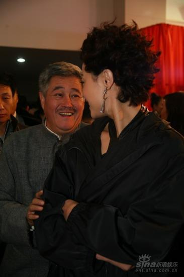 图文:《集结号》首映酒会赵本山刘蓓见面亲