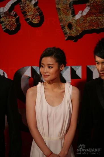图文:《集结号》首映红毯女主角汤�靼滓缕�飘