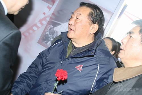 图文:孙道临遗体告别仪式翟俊杰手持红色鲜花