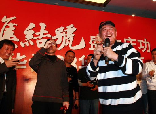 图文:《集结号》庆功--赵本山祝酒