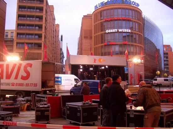 图文:柏林电影节倒计时--主会场外忙碌的工人