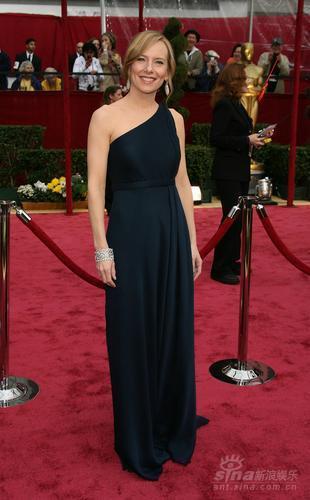 图文:女星艾米-罗恩着黑色斜肩礼服显优雅淡定