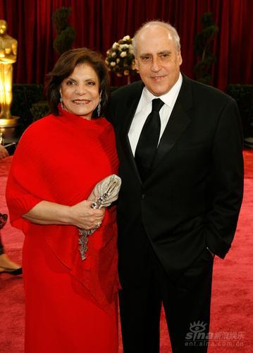 图文:美国电影协会主席丹-格里克曼携妻子亮相