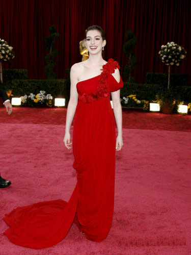 图文:安妮-海瑟薇单肩玫瑰礼服和红毯相映成趣