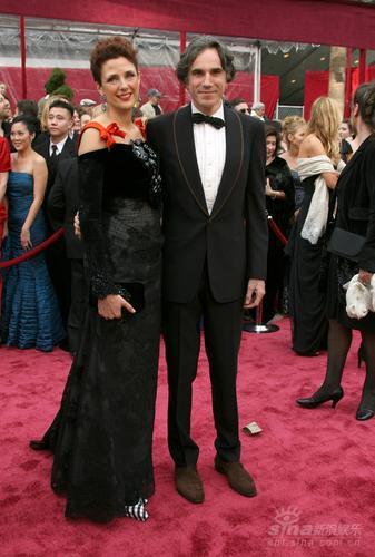 图文:丹尼尔-戴-刘易斯携妻丽贝卡红毯秀甜蜜