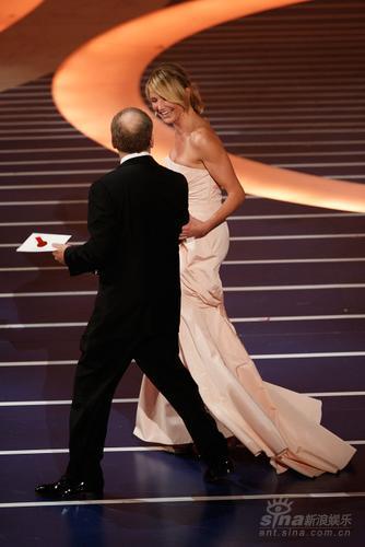 图文:卡梅伦-迪亚兹拖长裙为最佳摄影奖开奖