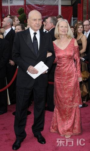 图文:男星阿兰-阿尔金携妻亮相红毯