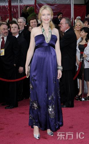 图文:凯特-布兰切特银色鞋子配紫色礼服亮相