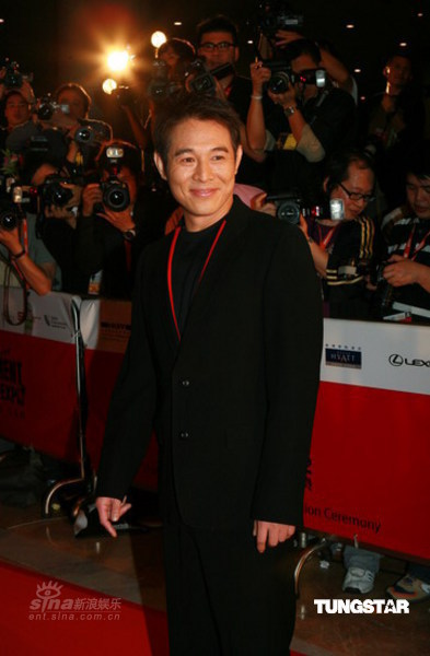 图文:李连杰黑西装隐现红色内衬彰显成熟魅力
