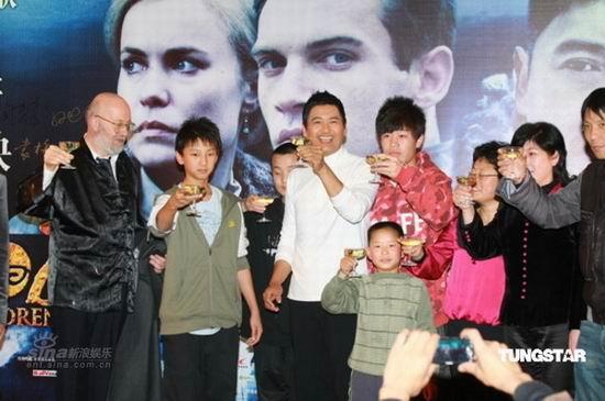 图文:《黄石的孩子》首映--主创举杯庆祝