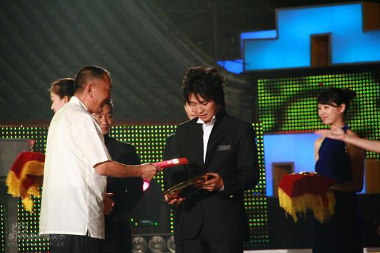 图文:龙的传人颁奖--冠军涂圣成