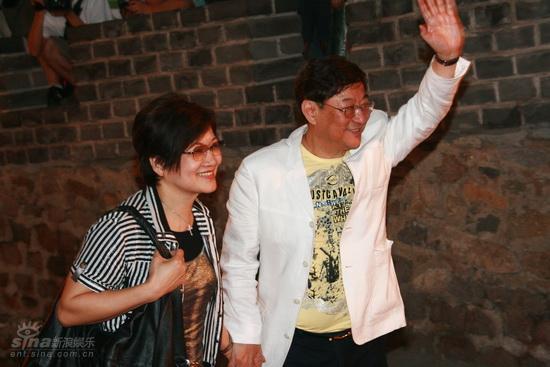 图文:龙的传人颁奖典礼红毯--吴思远及夫人