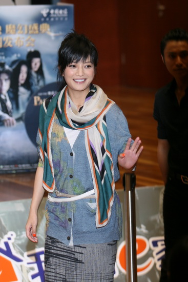 图文:《画皮》发布会--赵薇笑容满面热情招手