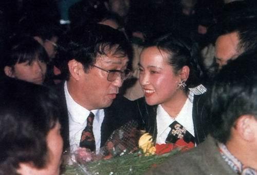 图文:谢晋导演生活照-与刘晓庆寒暄
