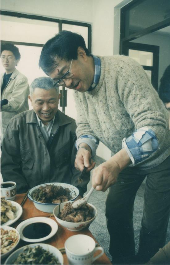 图文:谢晋导演生活照-亲自下厨款待客人