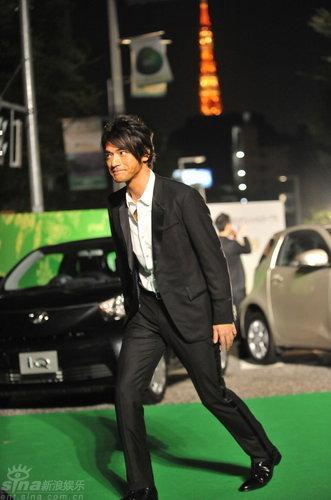 图文:《赤壁》亮相东京金城武绿地毯耍宝