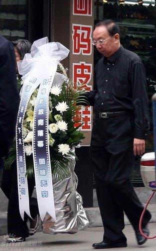 图文:谢晋追悼会--谢导生前邻居送上花圈