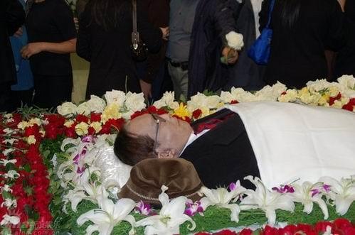 图文:谢晋追悼会举行--谢导遗体被花束包围