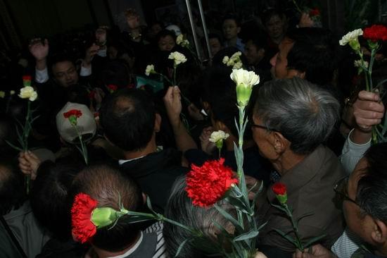 图文:谢晋追悼会上海举行--来宾手持康乃馨