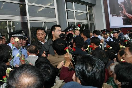 图文:谢晋追悼会上海举行--告别厅外拥挤不堪