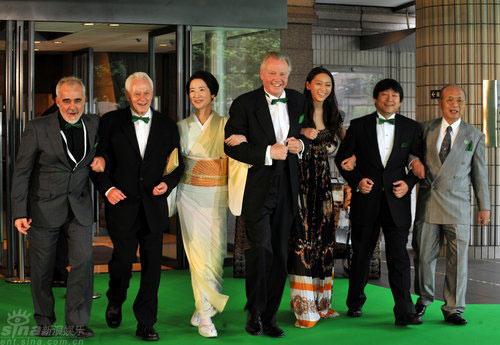 图文:东京电影节闭幕霍建起等众评委并肩亮相