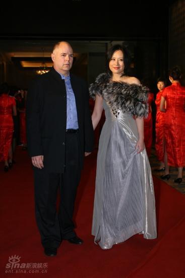图文:西影五十华诞庆典红毯--邬君梅优雅皮草