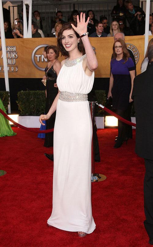 图文:美国演员工会奖红毯-安妮-海瑟薇打招呼