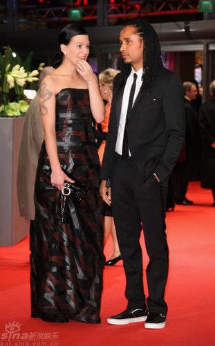 图文:柏林红毯--弗兰卡和男星迪奥红毯驻足