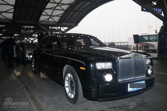 图文:苏菲-玛索现身北京--乘坐豪华座驾离去