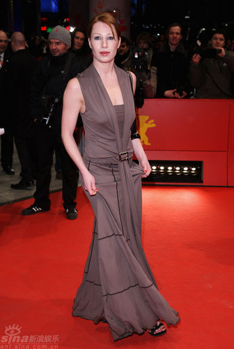 图文:柏林电影节闭幕--贝吉特着淡雅长裙亮相