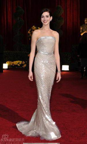 图文:奥斯卡红毯--安妮-海瑟薇如美人鱼