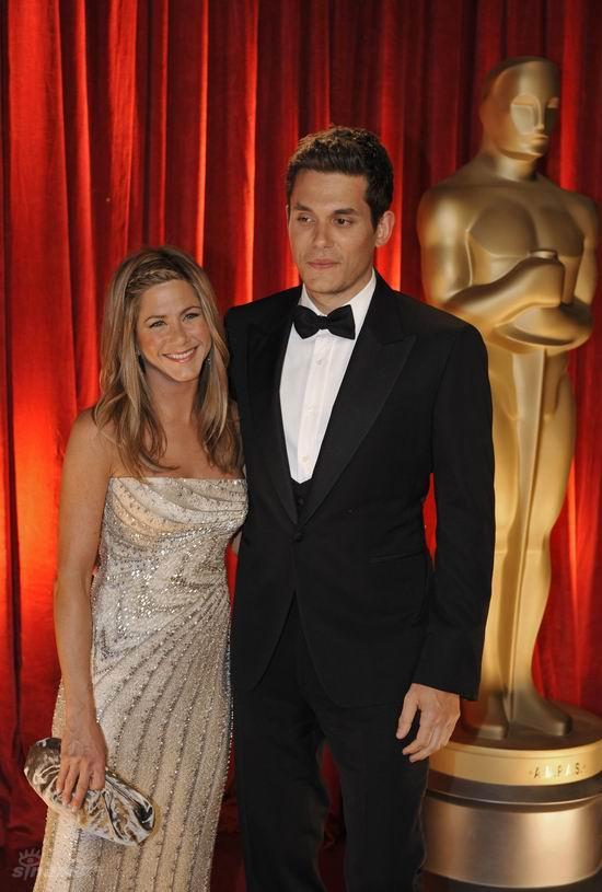 图文:奥斯卡红毯--安妮斯顿和男友亲密亮相
