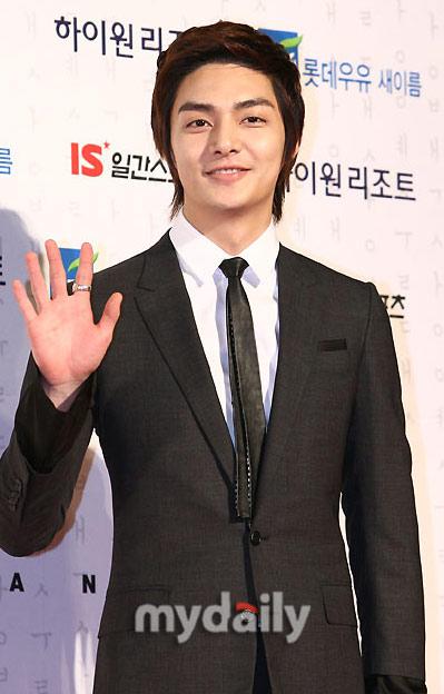图文:韩国百想大奖红毯--花美男金俊微笑迷人