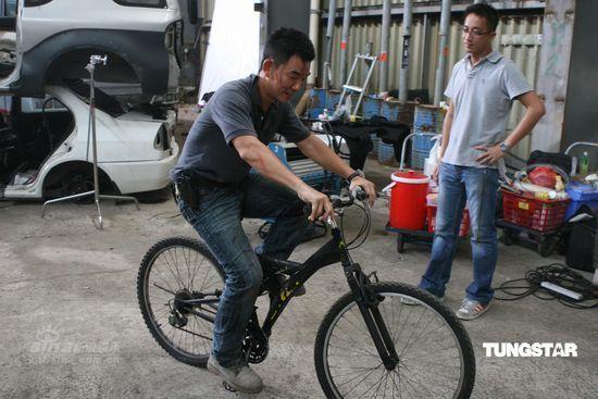 图文:《神枪手》剧照--任贤齐骑自行车