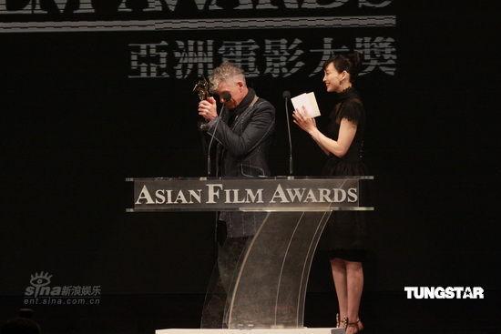 图文:亚洲电影大奖现场--杜可风手捧奖杯