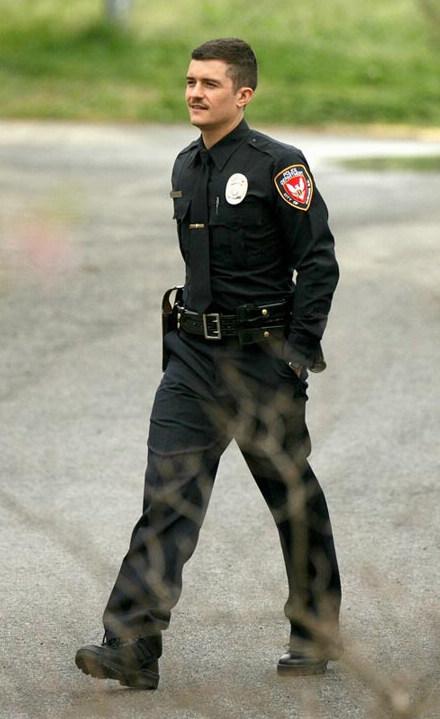 图文:奥兰多-布鲁姆制服秀--闲庭漫步