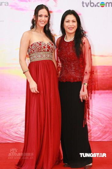 图文:香港金像奖红毯-贝安琪和母亲亲热合影