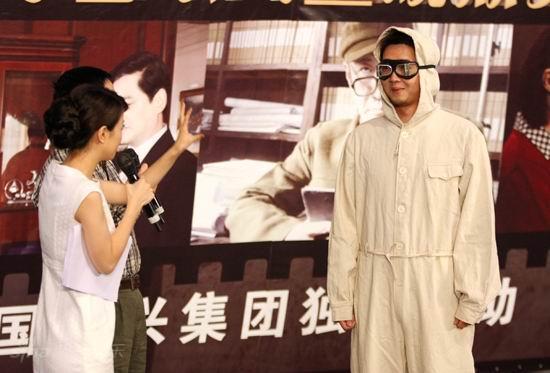 图文:《邓稼先》首映--现场介绍防化服