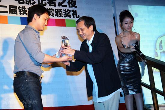 图文:第二届铁象大赏-陈嘉上代表《画皮》领奖