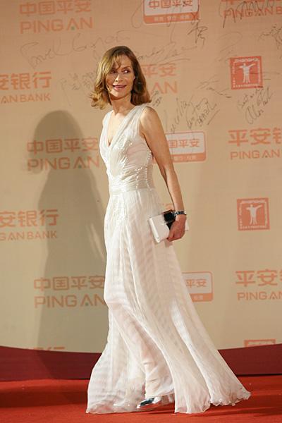 图文:上影节闭幕红毯-于佩尔白裙飘逸
